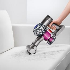 Sofa von Haaren säubern mit einem Dyson Handstaubsauger